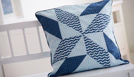 tutorial f r ein patchworkkissen mit dreiecken pattydoo. Black Bedroom Furniture Sets. Home Design Ideas